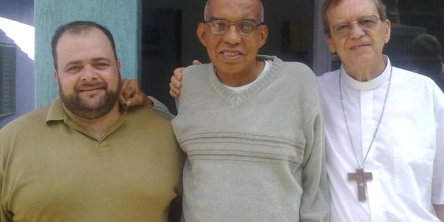 Padre Israel recebe a visita de Dom Célio na Fazendinha